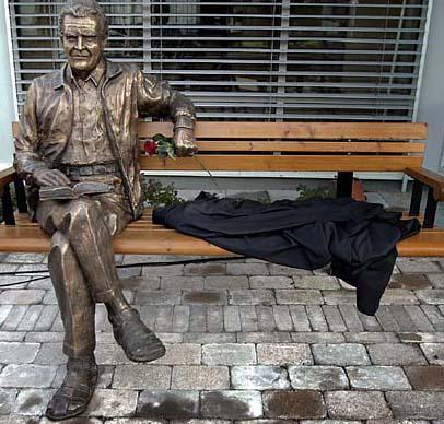 Svante Lundkvist sitter och vilar sig ¨på en bänk utanför Tunagården i Eskilstuna